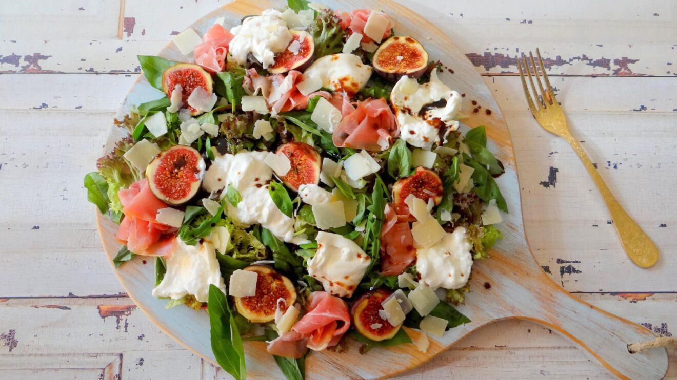 Salade met burrata, Coburger en verse vijgen