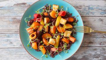 Zwarte rijst met gekleurde bietjes, wortels en halloumi