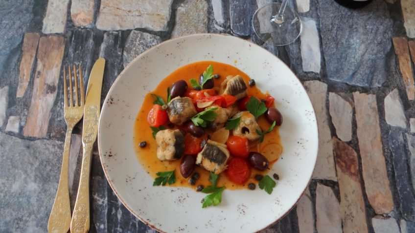 Mediterraan paling stoofpotje met tomaten en olijven