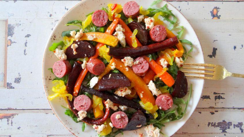 Salade met geroosterde biet, wortel en saucijzen
