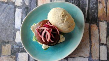 Burger van portobello, aubergine, brie en rode ui
