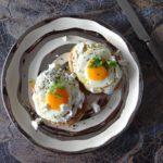Gebakken eieren in een kruidenyoghurt