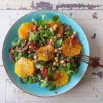 Salade met Mediterrane boontjes mix en bloedsinaasappel