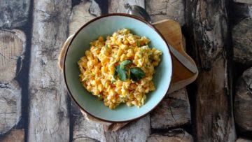 Pittige salsa van maïs, lente-ui en oude kaas