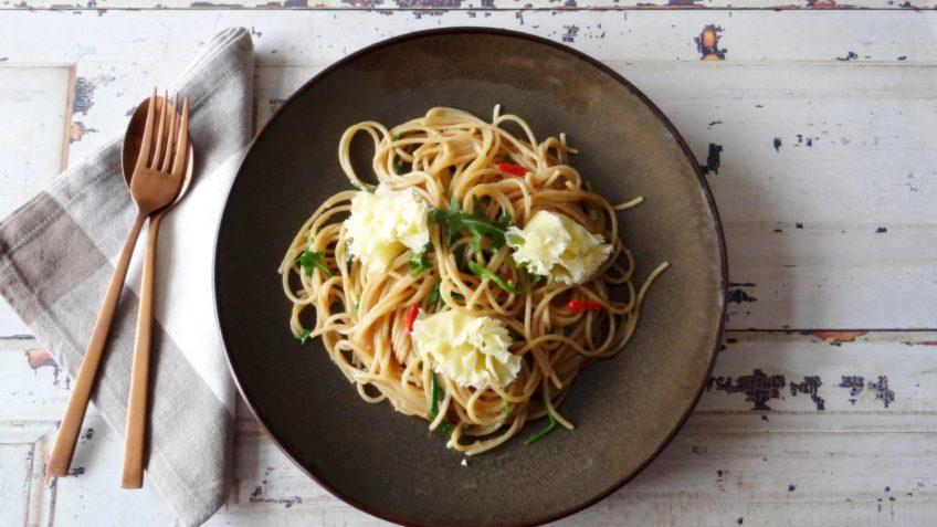 Spaghetti met gepofte knoflook en Tête de Moine