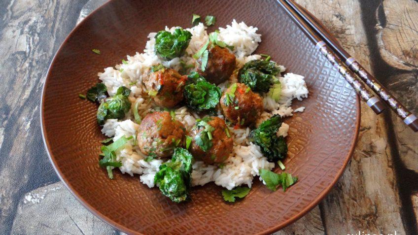Aziatische gehaktballetjes met rijst en flower sprouts