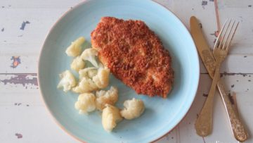 Krokante kipschnitzels met gebakken bloemkoolroosjes
