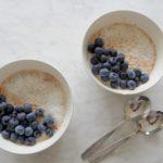 Overnight oats met kokos en blauwe bessen