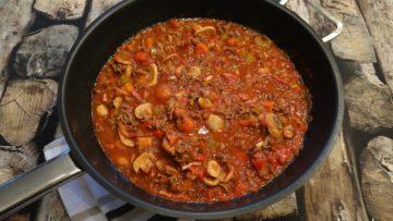 Pastasaus met gehakt, tomaten en paddenstoelen