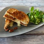 Tosti Camembert met dadels en pecannoten