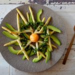 Asperge, avocado salade met pistache gremolata