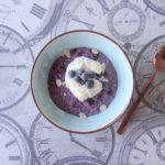 Blauwe bessen havermout met yoghurt en amandel