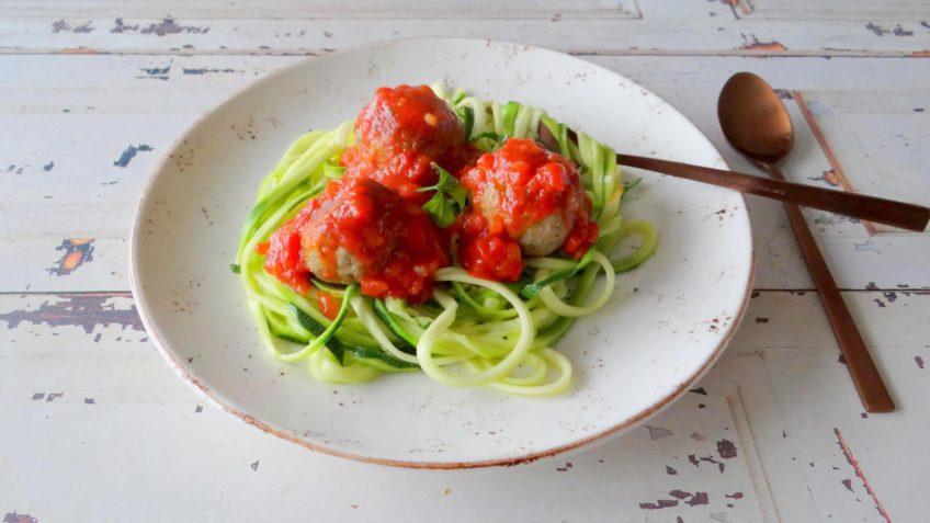 Courgetti met gehaktballen in tomatensaus