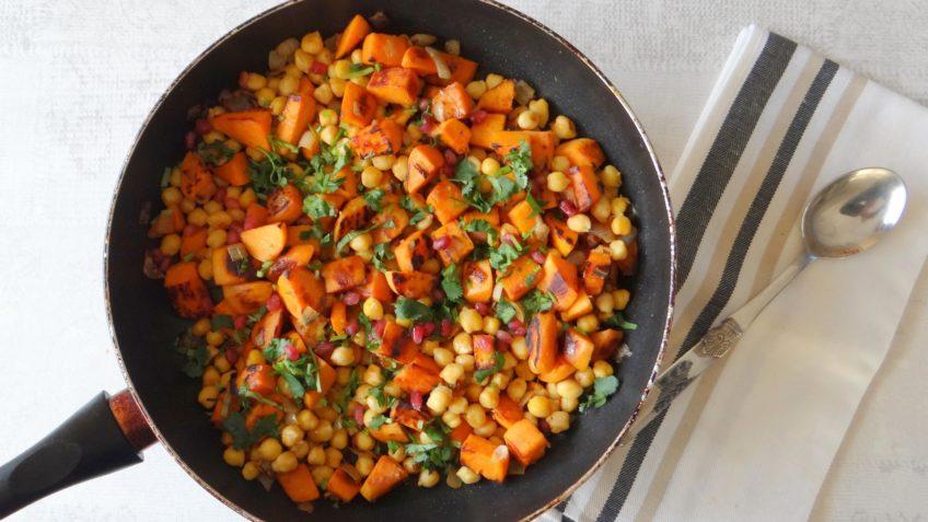 Harissa zalm met gebakken zoete aardappelblokjes en kikkererwten