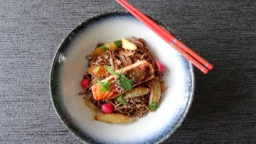 Miso zalm met roergebakken asperges en noedels