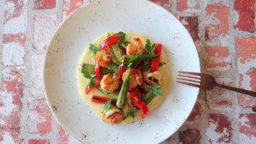 Polenta met garnalen, okra en paprika
