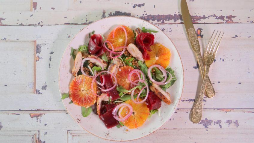 Salade met kip, rode biet, bloedsinaasappel en linzen