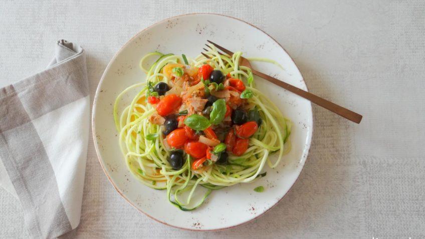 Courgetti met Puttanesca saus en tonijn