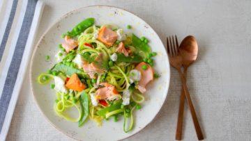 Courgetti met zalm, peultjes, erwten en ricotta
