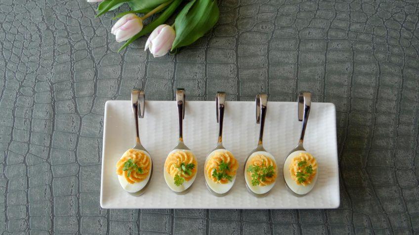 Gevulde eieren met gerookte zalm en kervel