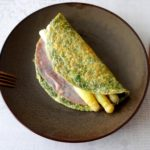 Kruiden omelet met ham en witte asperges