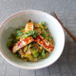 Roergebakken peultjes, prei en rijst met halloumi