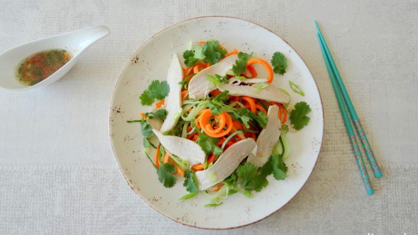 Thaise kipsalade met groentenoedels