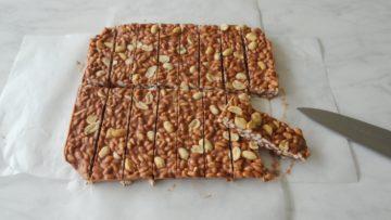 Chocolade gepofte rijstrepen met pindakaas