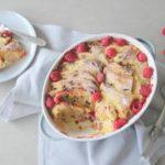 Broodpudding van krentenwegge met frambozen