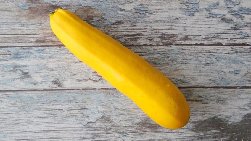 Gele courgetti salade met gele groenten