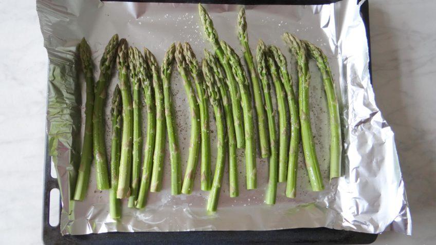 Geroosterde groene asperges met nagelkaas