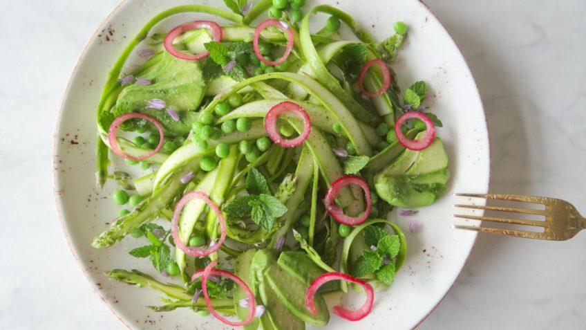 Groene aspergelinten salade met erwten en munt