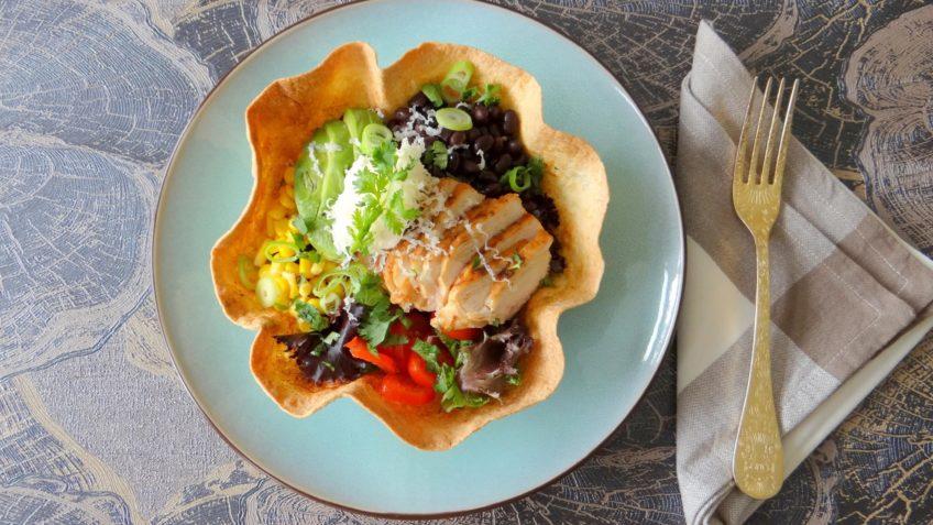 Kip met chilisalade in een tortillamandje