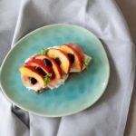 Knäckebröt met burrata, rauwe ham en nectarines