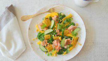 Salade met zalm, maïs, bimi en mango