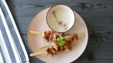Kippenspiesjes met sumakmarinade en yoghurt tahinidip