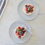 Ontbijtgebakje met granola, yoghurt en vers fruit