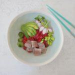 Poke bowl met haring en rode bietrijst