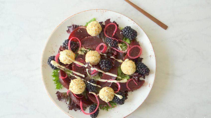 Salade met rode biet, bramen en geitenkaas