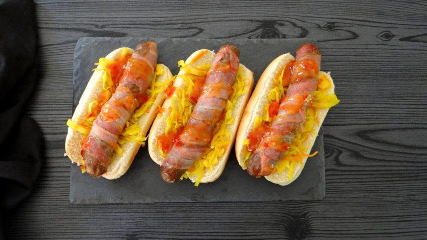 Hotdog met atjar en zoete chilisaus