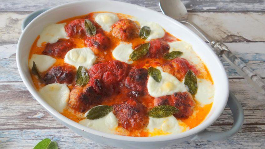Kipgehaktballetjes in tomatensaus met mozzarella