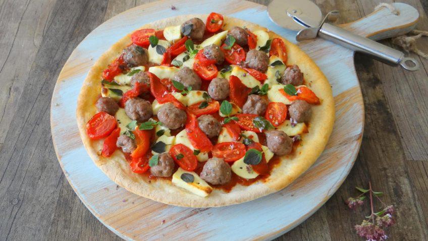 Pizza met Syrische kaas en gekruide saucijs