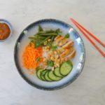 Rijstnoedels met kipdijfilet en pindasaus