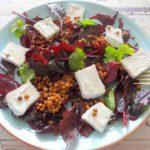 Rode salade met linzen en geitencamembert