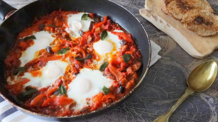 Spaanse eieren met chorizo in tomatensaus