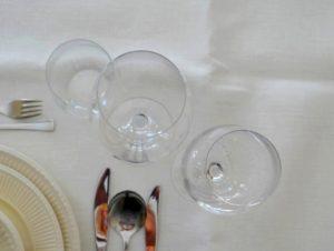 De tafel dekken voor een etentje thuis
