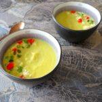 Gele wortelsoep met geitenkaas en pistache