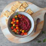 Geroosterde paarse wortel hummus