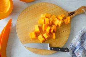 Hoe snijd je een pompoen in stukken of blokjes