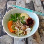 Noedelsoep met wortel, paddenstoelen en sugar snaps